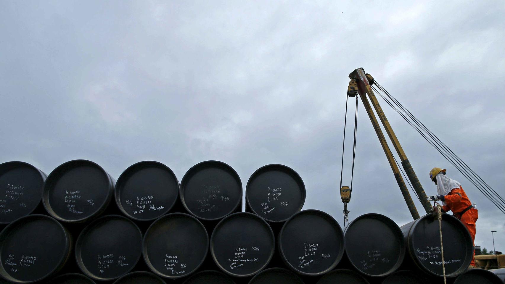 Extracción de petróleo Pese a que la inversión en PEMEX se ha incrementado, aún es insuficiente para poder aprovechar mejor el petróleo, debido a que el petróleo .